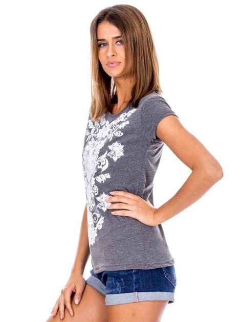Ciemnoszary t-shirt z nadrukiem roślinnym                              zdj.                              5
