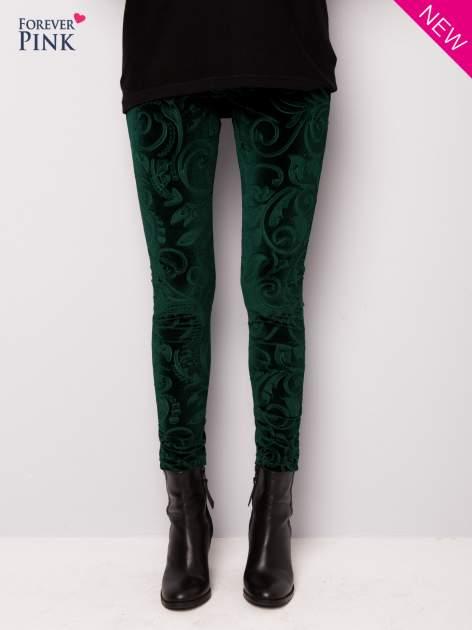Ciemnozielone legginsy z weluru tłoczone w roślinny wzór