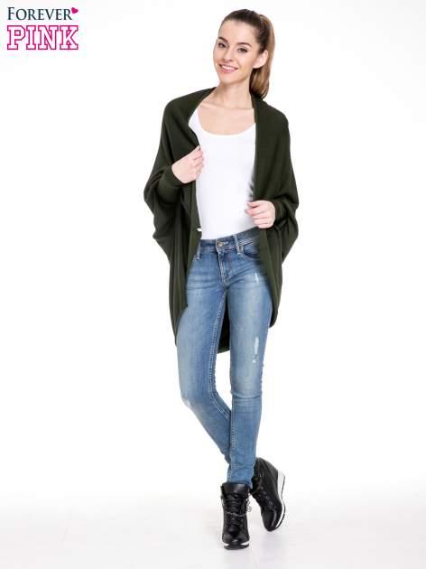 Ciemnozielony sweter narzutka z nietoperzowymi rękawami                                  zdj.                                  2