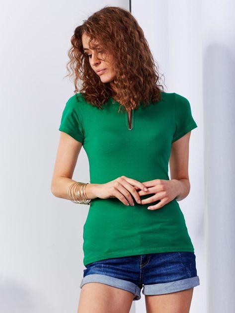 Ciemnozielony t-shirt z biżuteryjną wstawką                              zdj.                              1