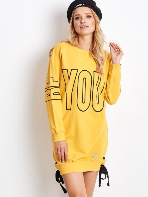 Ciemnożółta dresowa sukienka z nadrukiem                              zdj.                              1