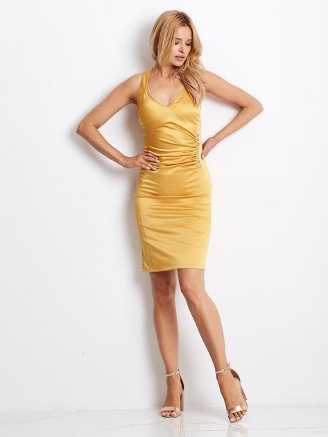 Ciemnożółta satynowa sukienka z koronkową wstawką z tyłu                              zdj.                              4