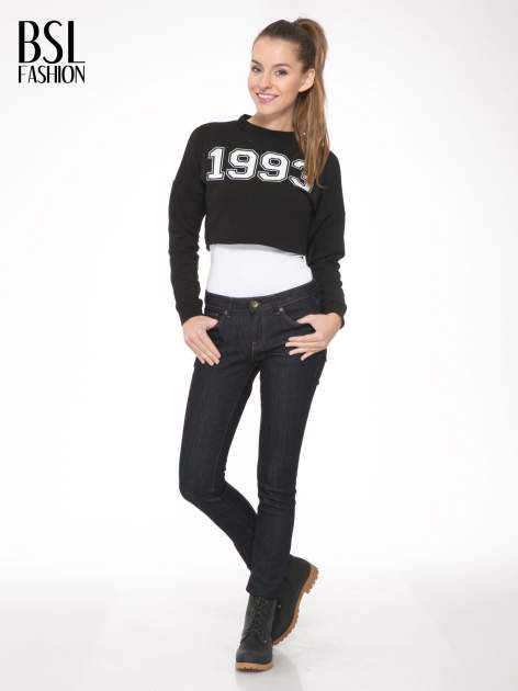 Czarna bluza cropped z nadrukiem numerycznym                                  zdj.                                  2