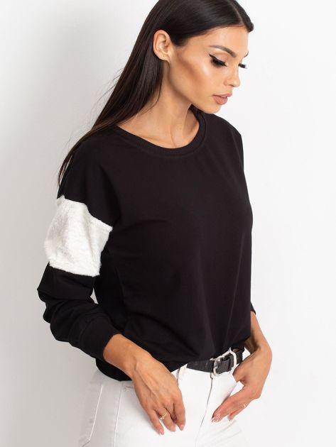 Czarna bluza z futerkowymi wstawkami na ramionach                              zdj.                              2