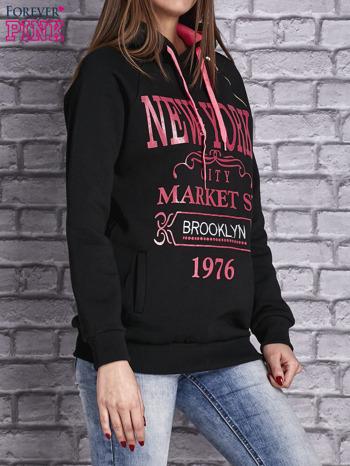 Czarna bluza z neonowymi napisami i wykończeniem kaptura                                  zdj.                                  3