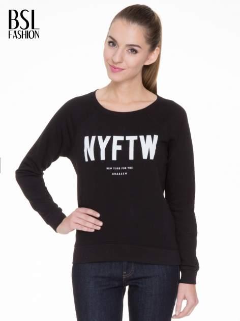 Czarna bluza z reglanowymi rękawami i napisem NYFTW