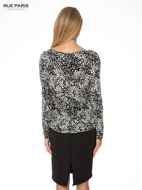 Czarna bluzka w plamki z koronkowym dekoltem                                  zdj.                                  4