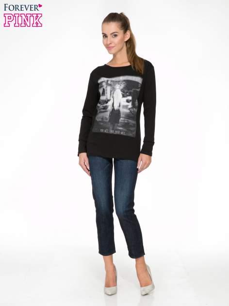Czarna bluzka z fotografią dziewczyny                                  zdj.                                  2