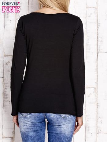 Czarna bluzka z kwiatową aplikacją i surowym wykończeniem                                  zdj.                                  4