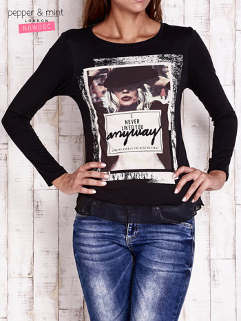 Czarna bluzka z nadrukiem dziewczyny                                  zdj.                                  1