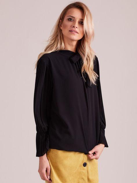 Czarna bluzka z plisowanymi rękawami                              zdj.                              3