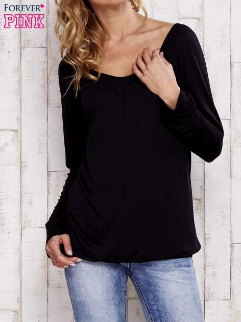 Czarna bluzka ze ściągaczem u dołu
