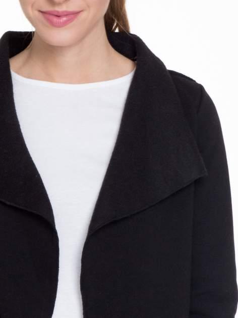 Czarna bluzonarzutka z klapami o kroju waterfall                                  zdj.                                  5