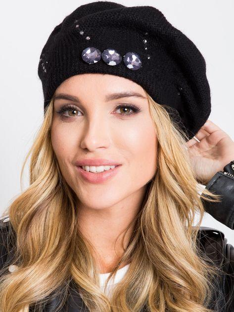 Czarna czapka z aplikacją