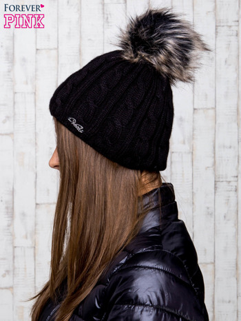 Czarna czapka z warkoczowym splotem i futrzanym pomponem                                  zdj.                                  2
