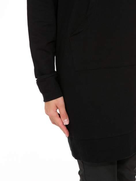 Czarna dresowa bluzosukienka z kapturem i kieszenią typu kangur                                  zdj.                                  7