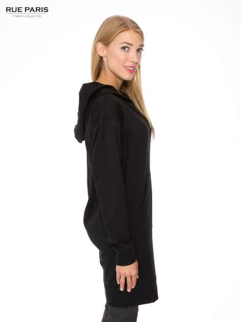 Czarna dresowa bluzosukienka z kapturem i kieszenią typu kangur                                  zdj.                                  3