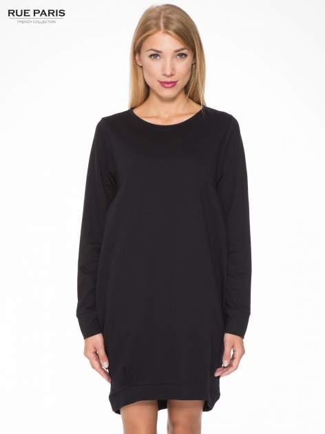 Czarna dresowa sukienka oversize z ozdobnymi kieszeniami