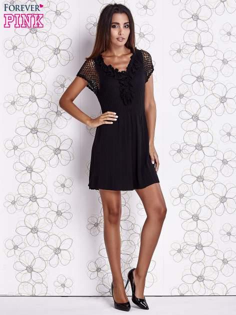 Czarna dzianinowa sukienka z żabotem i ażurowymi rękawami                                  zdj.                                  2