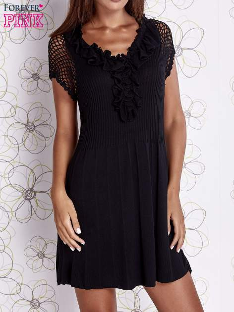 Czarna dzianinowa sukienka z żabotem i ażurowymi rękawami