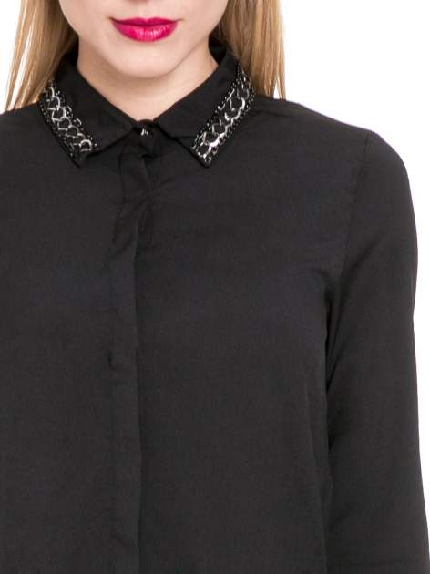 Czarna elegancka koszula z łańcuszkami na kołnierzyku                                  zdj.                                  7