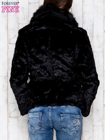 Czarna futrzana kurtka z wiązaniem                              zdj.                              2