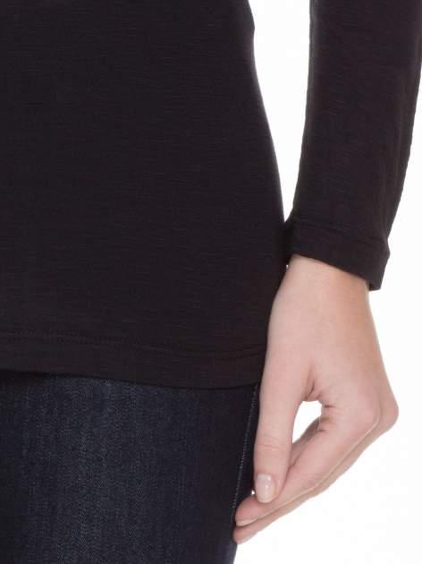 Czarna gładka bluzka z długim rękawem i przeszyciem z tyłu                                  zdj.                                  6