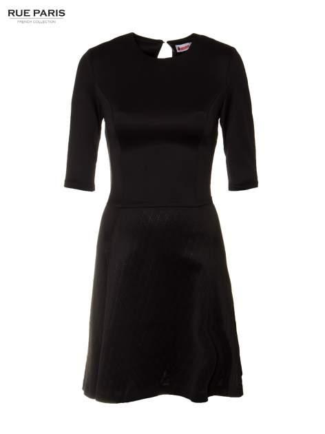 Czarna klasyczna sukienka z rozkloszowanym dołem w pikowany wzór                                  zdj.                                  5