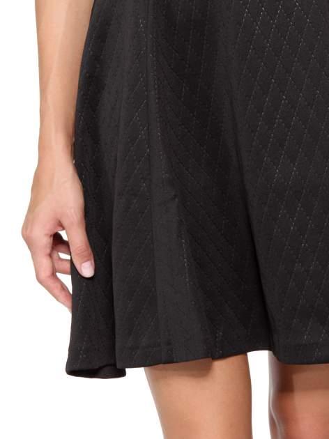 Czarna klasyczna sukienka z rozkloszowanym dołem w pikowany wzór                                  zdj.                                  7