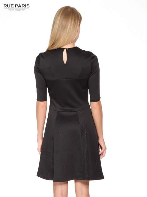 Czarna klasyczna sukienka z rozkloszowanym dołem w pikowany wzór                                  zdj.                                  4