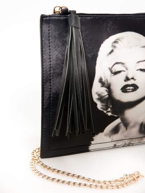 Czarna kopertówka z nadrukiem Marilyn Monroe, frędzlami i złotym łańcuszkiem                                  zdj.                                  4