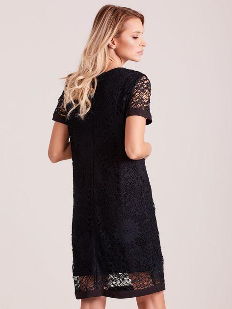 Czarna koronkowa sukienka z wycięciem                              zdj.                              2