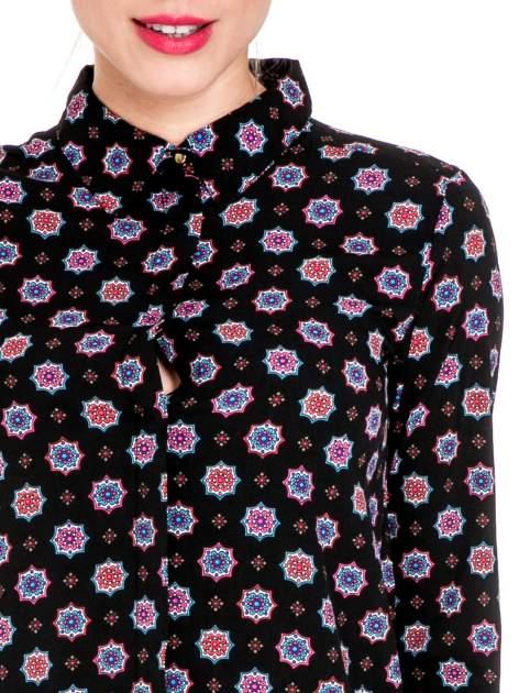 Czarna koszula w etniczne wzory z podwijanym rekawem                                  zdj.                                  6
