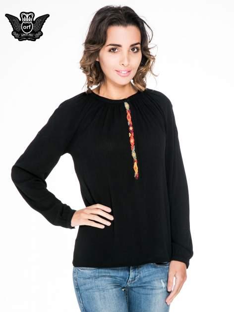 Czarna koszula z marszczonym dekoltem i wzorzystą wstawką w stylu hippie