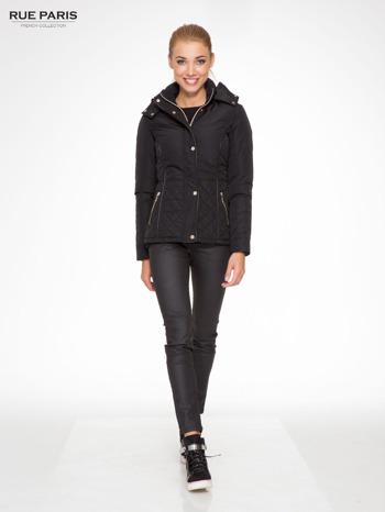 Czarna kurtka z pikowanymi wstawkami i skórzaną lamówką                                  zdj.                                  5