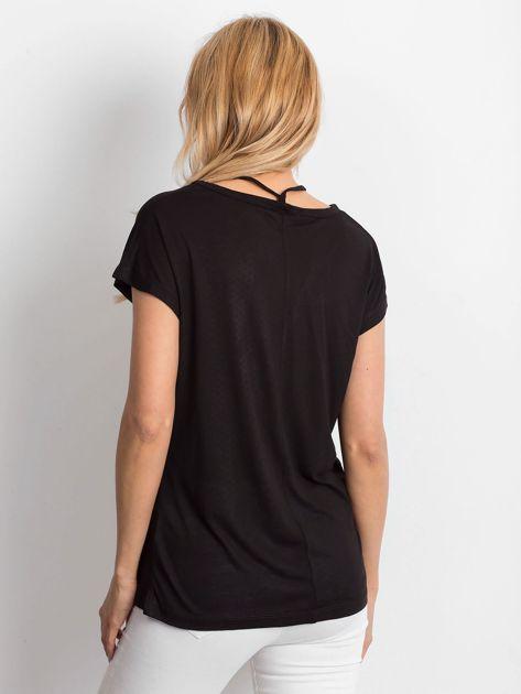 Czarna lejąca bluzka z cienkimi paseczkami                              zdj.                              2