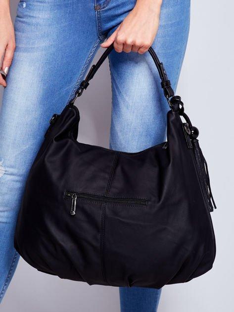 Czarna miękka torba na ramię z ozdobną przywieszką                                  zdj.                                  2