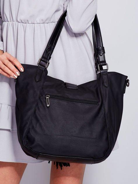 Czarna miękka torba z ozdobną klapką                                  zdj.                                  2