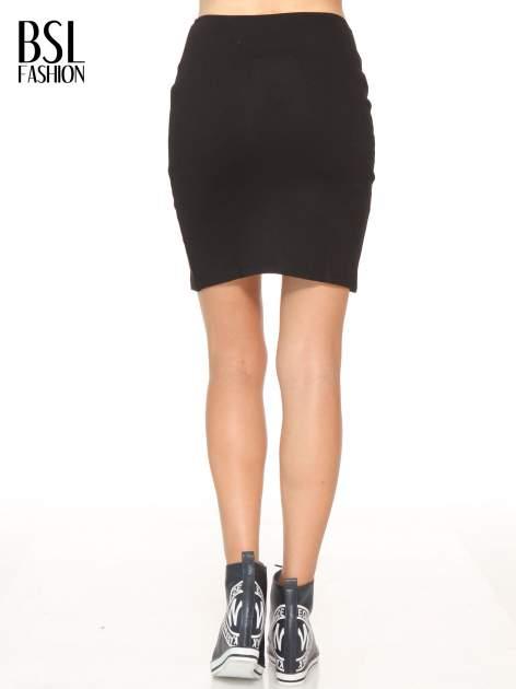 Czarna mini spódnica z wycięciem z przodu                                  zdj.                                  4