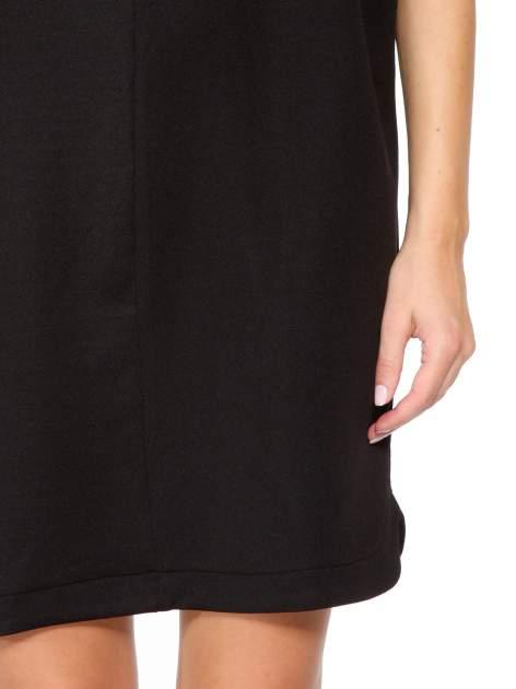 Czarna minimalistyczna sukienka z dekoltem w serek                                  zdj.                                  7