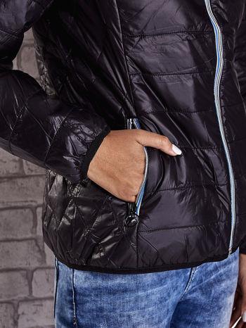 Czarna ocieplana kurtka z kontrastowym wykończeniem kaptura                                  zdj.                                  8