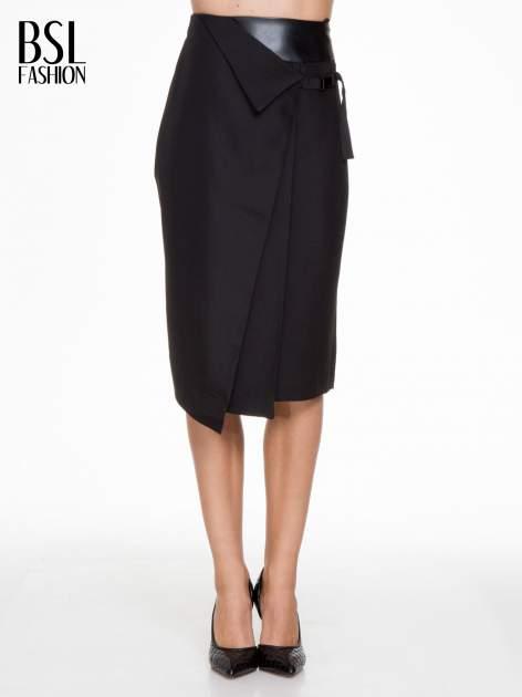 Czarna ołówkowa spódnica z zakładkami i skórzanym pasem                                  zdj.                                  1