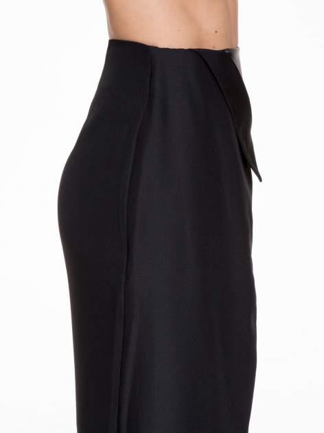 Czarna ołówkowa spódnica z zakładkami i skórzanym pasem                                  zdj.                                  7