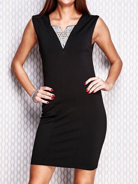 Czarna ołówkowa sukienka z błyszczącą wstawką przy dekolcie                                   zdj.                                  1