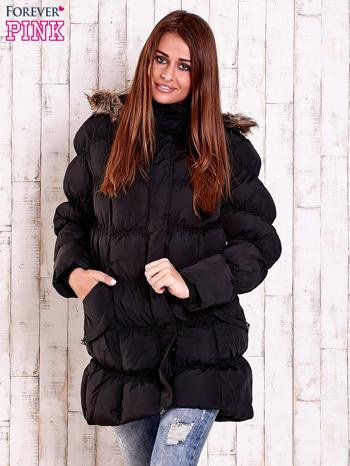 Czarna pikowana kurtka z futrzanym wykończeniem kaptura                                  zdj.                                  1