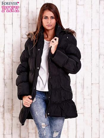Czarna pikowana kurtka z futrzanym wykończeniem kaptura                                  zdj.                                  5