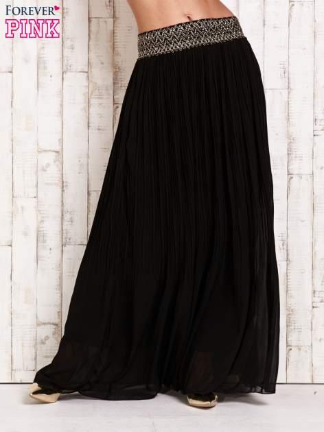 Czarna plisowana spódnica maxi z pasem przeszywanym metaliczną nicią