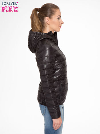 Czarna puchowa kurtka z błyszczącego materiału z kapturem                                  zdj.                                  3