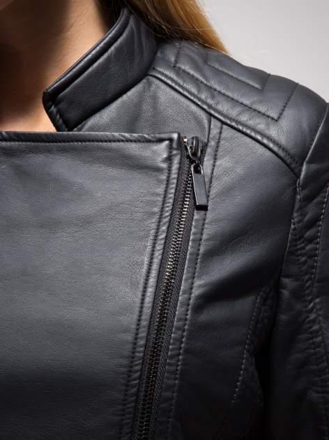 Czarna ramoneska ze stębnowaniem na ramionach i rękawach                                  zdj.                                  9