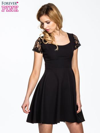 Czarna rozkloszowana sukienka z kwadratowym dekoltem